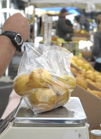 Photo: The Berkeley Farmers' Markets will enact a ban on the use of plastic bags and most plastic packaging starting April 25.