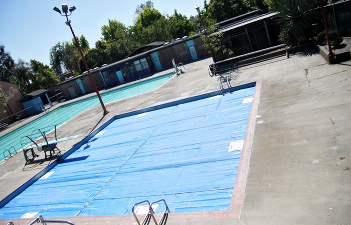 Photo: Willard Pool on Telegraph Avenue sits empty in the summer heat after closing on June 30, 2010.